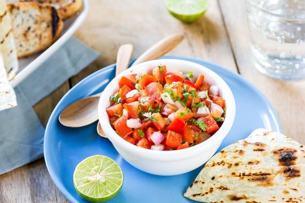 Tomatensalsa mit tortilla und toast