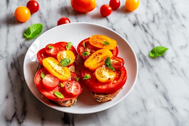 Tomatensandwich auf marmor