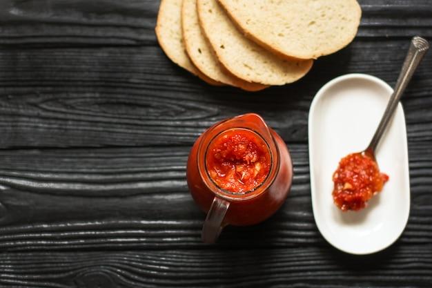 Tomatensauce auf einem glas und auf löffel