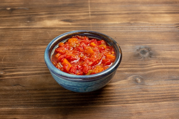 Tomatensauce der vorderansicht köstlich mit gemüse auf braunem raum