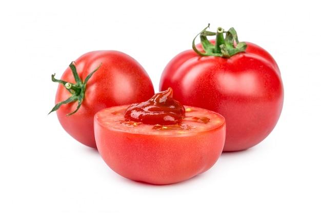 Tomatensauce, ketchup auf einer geschnittenen tomate isoliert