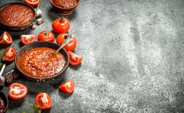 Tomatensauce mit gewürzen und kräutern. auf rustikalem hintergrund.