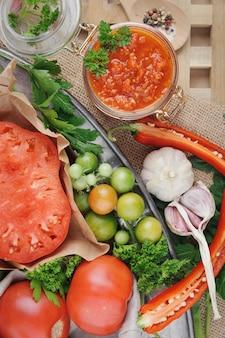Tomatensauce und zutaten für das kochen auf metallschale. ansicht von oben.