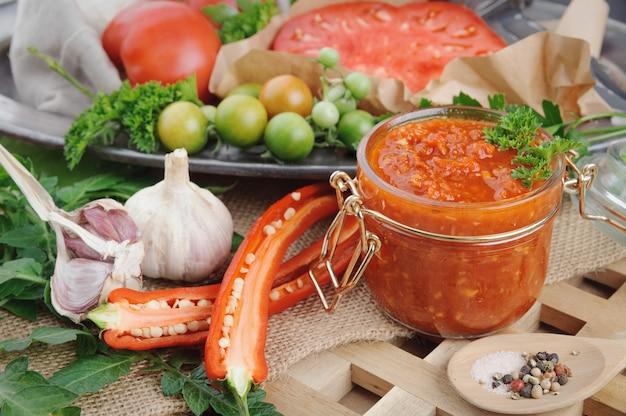 Tomatensauce und zutaten für das kochen auf metallschale.