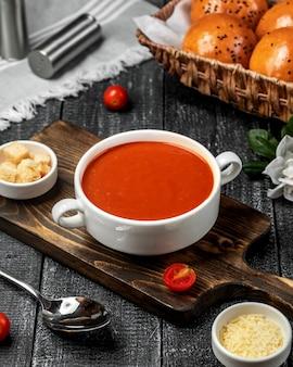 Tomatensuppe auf dem tisch