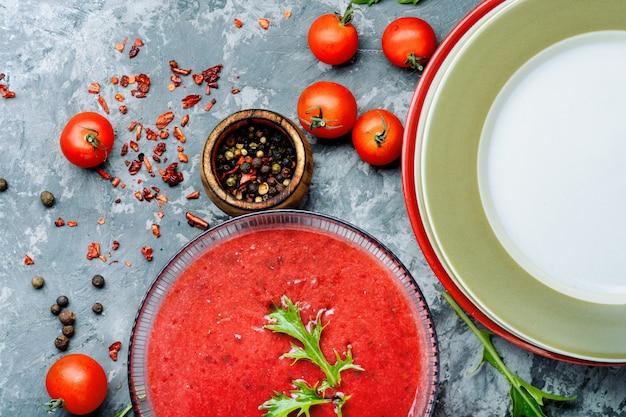Tomatensuppe auf steinhintergrund