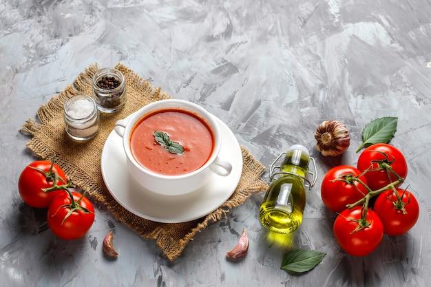 Tomatensuppe mit basilikum in einer schüssel.