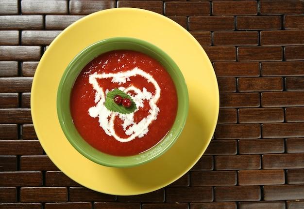 Tomatensuppe mit basilikum und roter johannisbeere