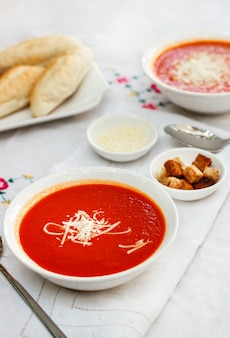 Tomatensuppe mit crackern und geriebenem käse