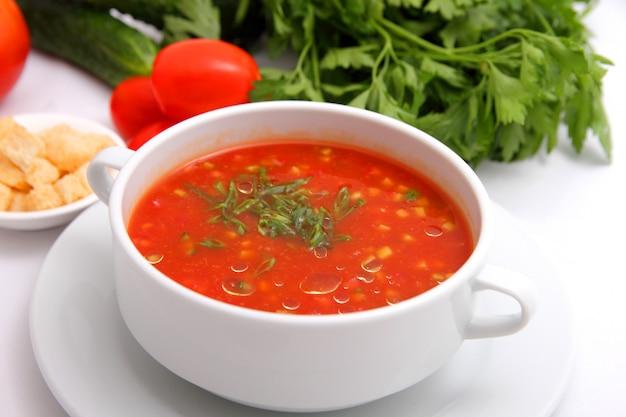 Tomatensuppe mit crackern und kräutern