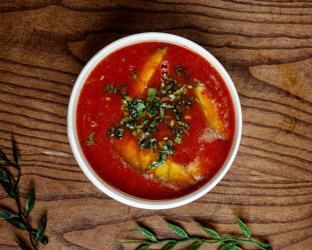 Tomatensuppe mit fisch auf dem tisch