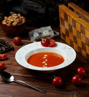Tomatensuppe mit käse auf dem tisch
