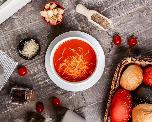 Tomatensuppe mit käse innen und seitlichen crackern