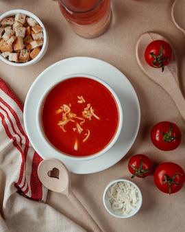 Tomatensuppe mit käsecrackern draufsicht