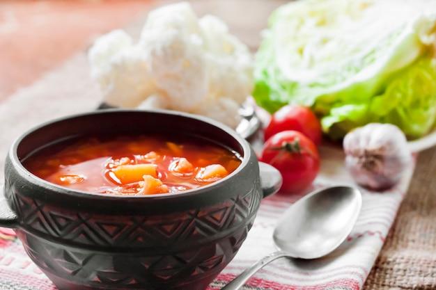 Tomatensuppe mit kohl und blumenkohl