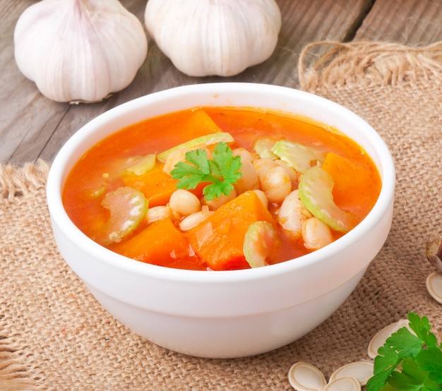 Tomatensuppe mit kürbis, bohnen und sellerie