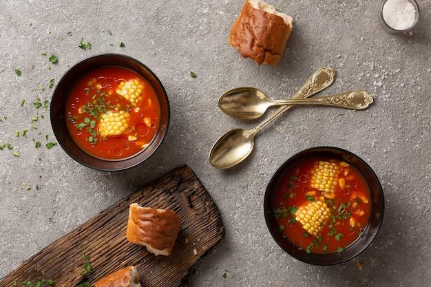 Tomatensuppe mit mais und kräutern diät mittagessen.