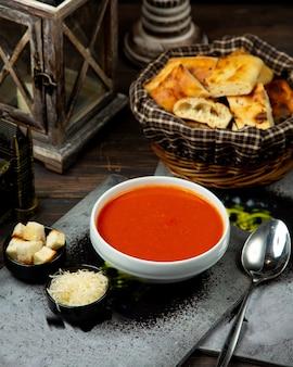 Tomatensuppe mit seitencrackern und käse