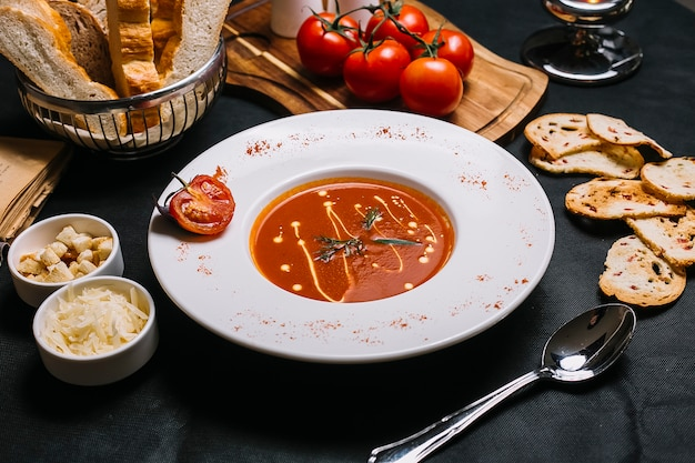 Tomatensuppe von der seite mit käse und crackern