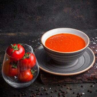 Tomatensuppe von der seite mit tomaten im teller
