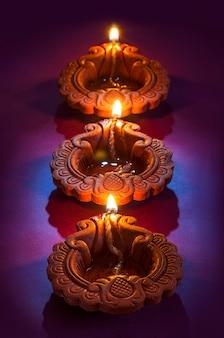 Ton-diya-lampen, die während der diwali-feier angezündet werden. grußkarten-design indisches hindu-licht-festival namens diwali
