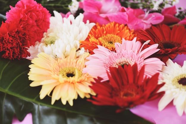Ton vintage frische frühlingsblumen bund gerbera chrysantheme sommer pflanze und grünen tropischen blatt