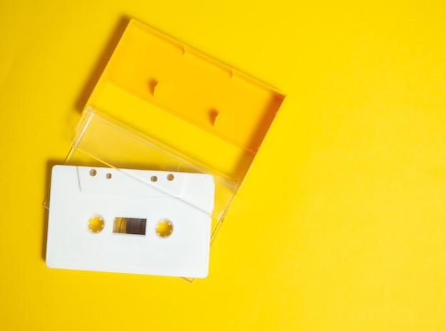 Tonband. weißes tonband der weinlese mit gelbem hintergrund.