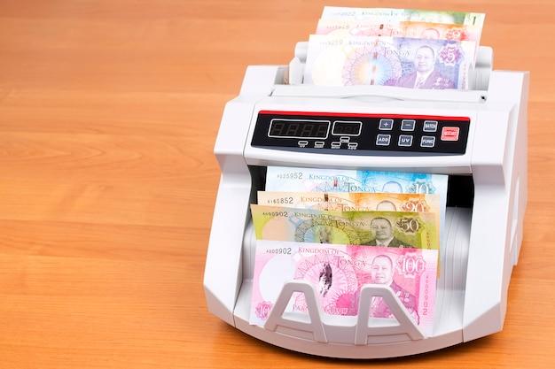 Tongaisches geld in einer zählmaschine
