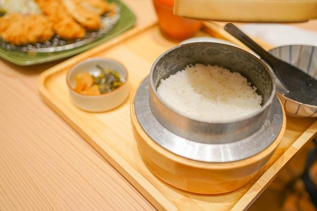Tonkatsu aus schweinefleisch und gemüse mit reis ist ein berühmtes köstliches japanisches essen