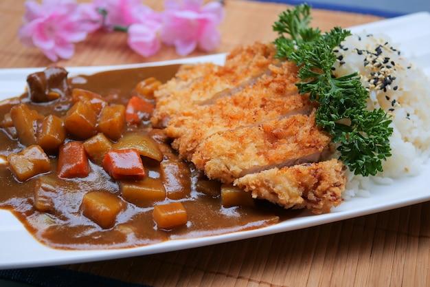 Tonkatsu, japanisches schweinekotelett, japanischer frittierter schweinefleisch-curry-reis, japanisches curry, katsu-curry