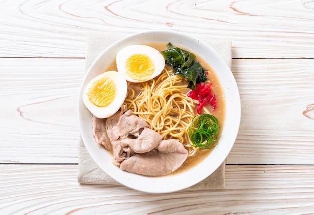 Tonkotsu ramen nudeln mit schweinefleisch und ei