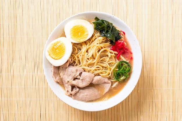 Tonkotsu-ramen-nudeln mit schweinefleisch und ei