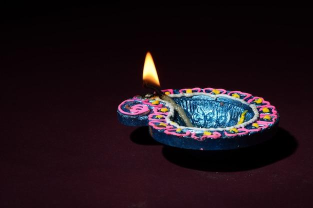 Tonlampen, die während der feier des indischen hindu-licht-festivals namens diwali angezündet wurden