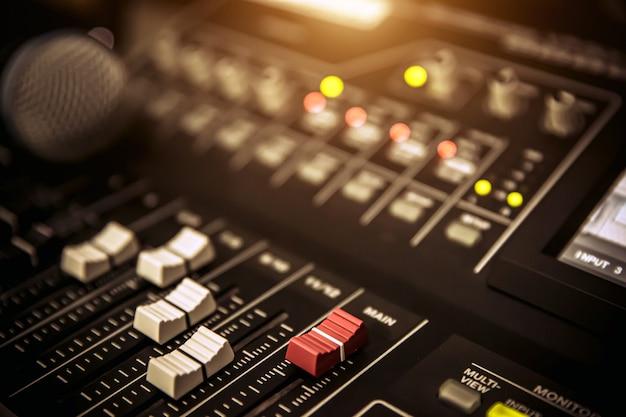 Tonmischer und mikrofone im studio.