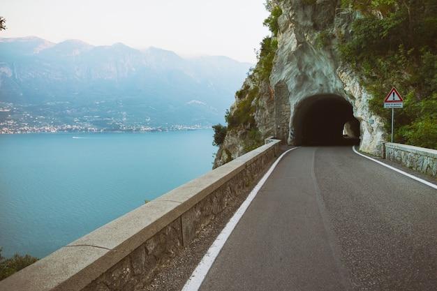 Tonnel auf der einzigartigen und berühmten strada della forra panoramastraße bei höhlen, die von tremosine nach pieve . führen
