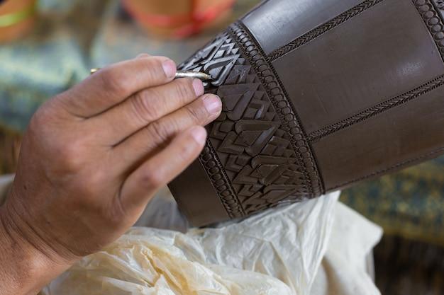 Tonschnitzen ist eine thailändische tradition, die aus steingut hergestellt wird. handgefertigtes geschnitztes keramikglas.