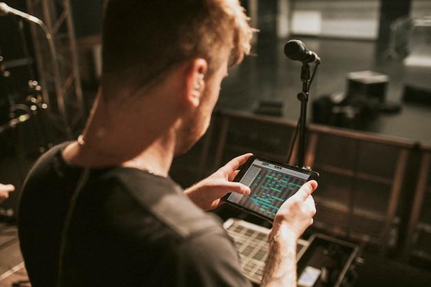 Tontechniker mit tablet
