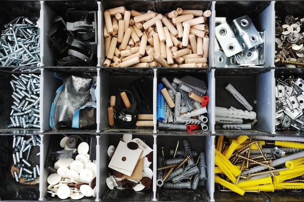 Toolbox mit angeordneten schrauben