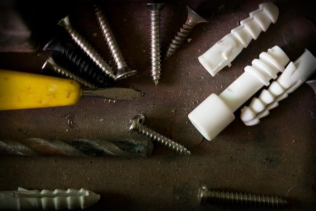 Toolbox, schraubenzieher mit schrauben und dübeln für hintergrund.