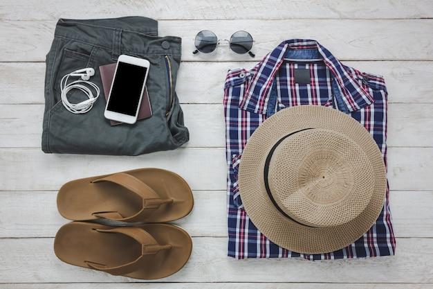 Top-ansicht-accessoires, um mit mann-kleidung-konzept zu reisen