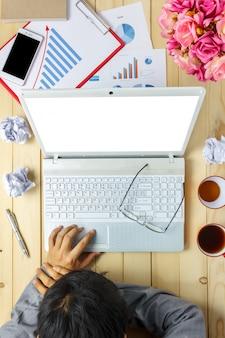 Top-ansicht business-person schlafen auf diagrammen und grafiken während der diskussion auch laptop, notebook, schwarzer kaffee, stationär, stift, handy auf büro schreibtisch hintergrund.