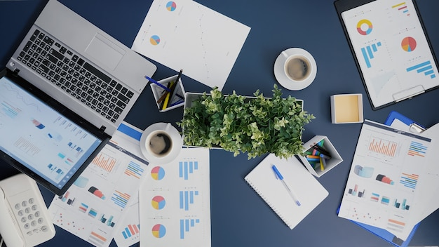 Top-ansicht der business-teamwork-brainstorming-finanzstrategie im büro des startup-unternehmens
