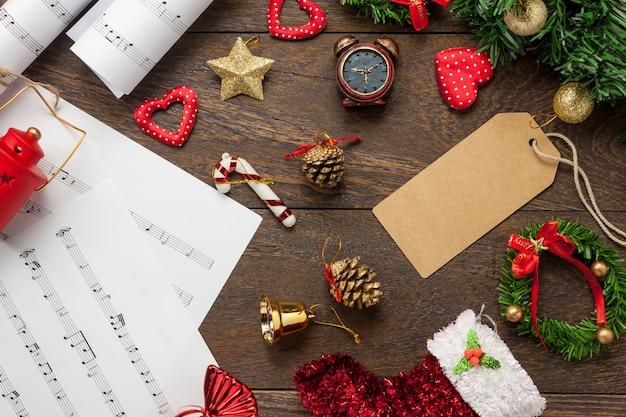 Top-ansicht notenblatt hinweis papier und weihnachtsdekoration auf holz hintergrund