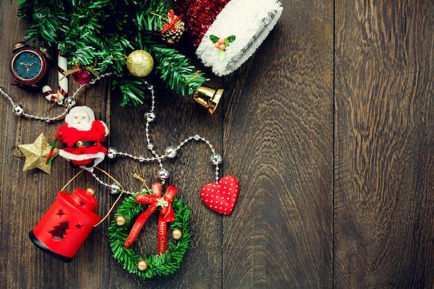 Top-ansicht weihnachtsdekoration, lampe und schmuck wäscheleine auf holztisch hintergrund mit kopie raum.