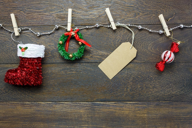 Top-ansicht weihnachtsdekoration und schmuck wäscheleine auf holztisch hintergrund mit kopie raum.