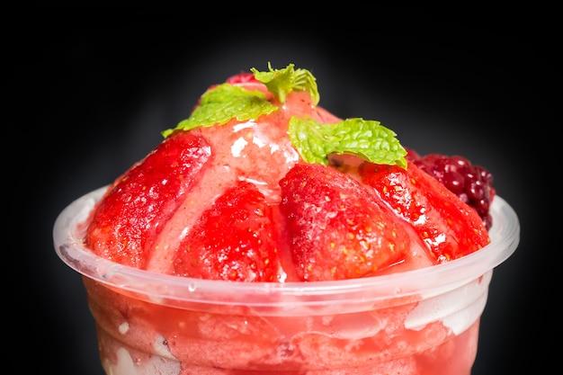 Top aus gemischten beerenfrucht-smoothies in plastikbecher