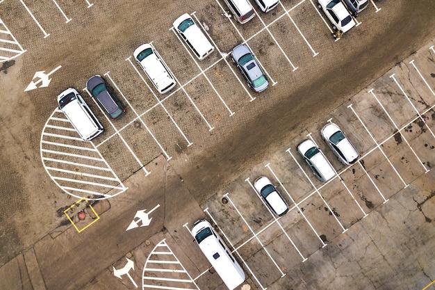 Top-down-luftaufnahme vieler autos auf einem parkplatz des supermarkts oder im verkauf autohändler markt.
