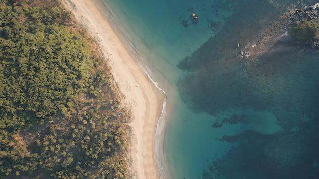 Top down of paradise resort an der ocean bay antenne. niemand tropische naturseelandschaft am sandstrand. grün