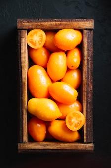Top legen leckere tomaten in einen korb