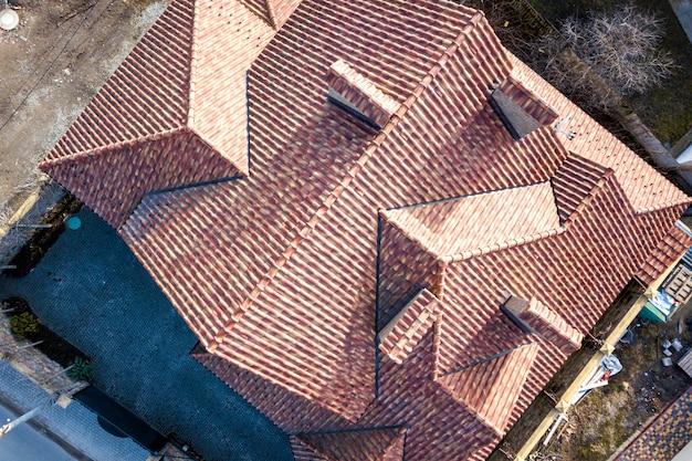 Top luftbild des gebäudes komplexe schindeldachkonstruktion. abstrakter hintergrund.